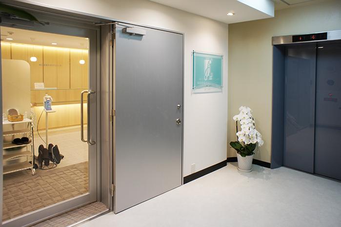 クリニック入口(5階エレベーター前)